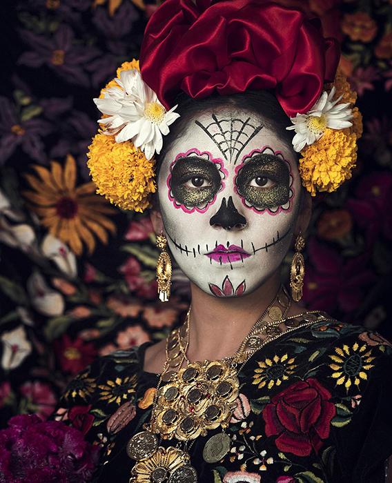 Девушка из Мексики, раскрашенная в честь дня Мертвых.